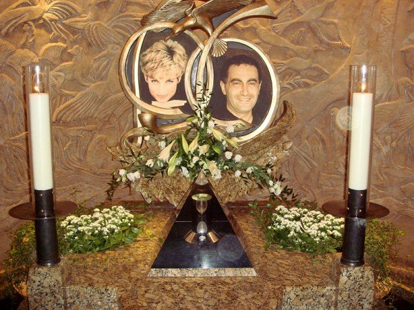 800px 112407 harrods diannadodimemorial2 Princess Dianas Death and Memorial: The Occult Meaning