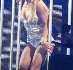 article 2054575 0E9049DB00000578 880 306x531 e1320074669587 Britney Spears is on Tour and is Still Under Mind Control