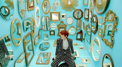 "In one scene, the ""dissociated world"" is represented by a room full of mirrors."