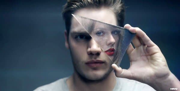 This image sums up the entire video. The guy holds the fragment of a mirror - hiding one eye. As I stated countless times in past articles, this is the symbol representing MK in popular culture. On the fragment is a reflection of Taylor Swift, the other alter.