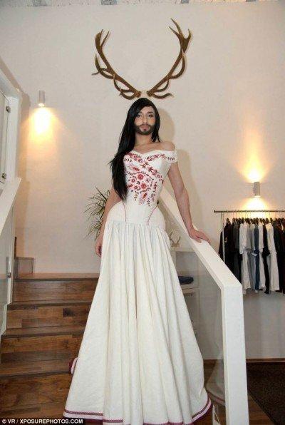 En tant que gagnant de l'Eurovision 2014, le chanteur autrichien Conchita Wurst est devenu le premier transgenre à gagner un tel prix.  Était-ce en scène pour provoquer un événement médiatique similaire à l'histoire Jenner?  le plus probable.  Aussi, pourquoi est Conchita portait une barbe?