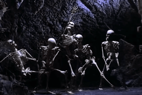 We then see the 5 Jacksons turning into skeletons and performing their signature dance moves.