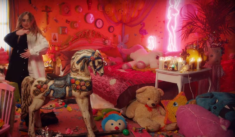 """In My Bed"" de Sabrina Carpenter: un video sobre el control mental de una niña ... hecho por Disney"
